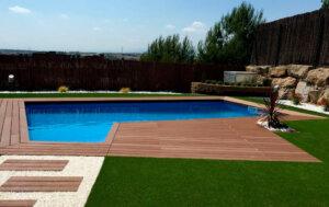 jardin con tarima y cesped artificial